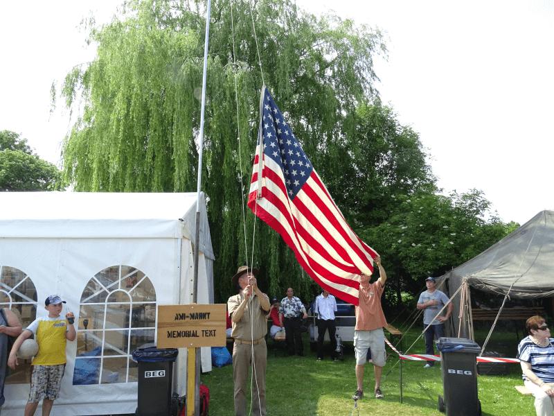 Die US Flagge wird gehisst